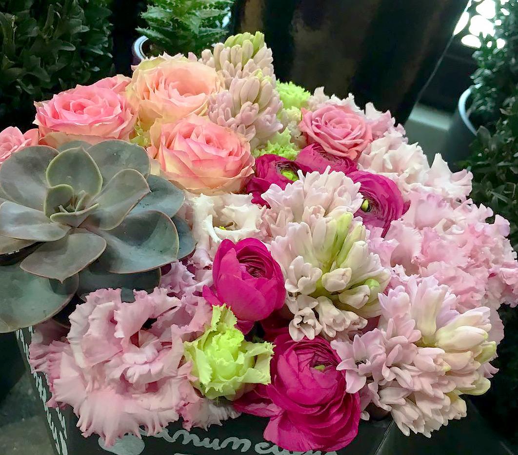 Cu ce flori iti suprinzi angajatele de 1 si 8 martie